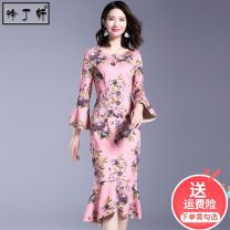 Dress Spring 2021 Powder printing S M L XL XXL longuette singleton  Long sleeves commute Crew neck High waist Decor Socket One pace skirt pagoda sleeve Others 30-34 years old Type H Xu Dingxuan Retro Ruffle printing 91% (inclusive) - 95% (inclusive) other polyester fiber Pure e-commerce (online only)