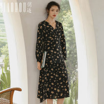 Dress Autumn 2020 Black print S M L XL Mid length dress singleton  Long sleeves commute V-neck High waist Broken flowers Socket A-line skirt routine Others 18-24 years old Type A Meeting Retro printing QHS0955 More than 95% polyester fiber Polyester 100% Pure e-commerce (online only)