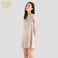 Nightdress Silkiss / Sinon Crimson pink indigo S M L Simplicity Short sleeve Leisure home Middle-skirt autumn Solid color middle age silk More than 95% real silk Liu Hui 200g Spring of 2019 Mulberry silk 100% Same model in shopping mall (sold online and offline)