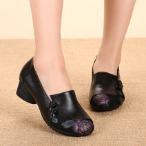 Low top shoes Minlang family Red, black Round head Top leather Thick heel Middle heel (3-5cm) Midmouth Superfine fiber Autumn of 2019 Trochanter leisure time Adhesive shoes Middle age (40-60 years old) Plants and flowers rubber Single shoes Thick heel Microfiber skin daily Napa
