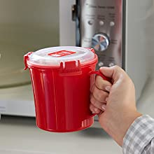Sistema Microwave Easy-lift tabs hold less heat than the container, so hands stay safe.
