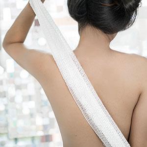 Kuma towel and model washing her back